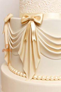 TUTORIAL: How to make swags - The Sweetery Bakeshop. DIY. Looks like draped cloth. Decorating cakes and cupcakes