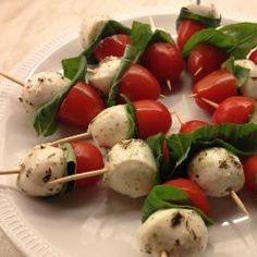 Hapjes met mozzarella, tomaat en basilicum
