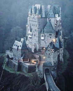 برج های جنگی Chateaus, Palaces, Cathedrals, Beautiful Buildings, Beautiful Castles, Beautiful Places, Burg Eltz Castle, Castle Parts, Chateau Medieval
