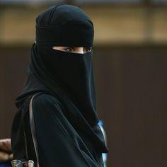 Anti-Muslim Hate Crime In Britain 'Jumped In Tell Mama Report Shows Niqab Fashion, Muslim Fashion, Muslim Couples, Muslim Women, Saudi Men, India Pakistan News, Pakistan Urdu, Face Veil, Arab Girls