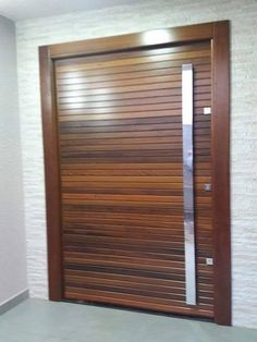 Porta pivotante com pintura de verniz P.U acetinado (Sayerlack) - Ecoville Portas Especiais