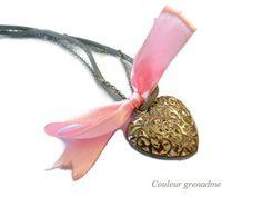 Collier suédine cœur filigrané et petit noeud : Collier par couleur-grenadine33