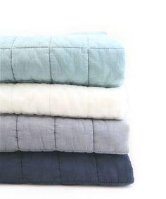 アイテム説明 イブルとは ザブザブ洗えるキルティングラグマット『イブル』 イブルは韓国語で'お布団'。 そのままお布団としてデイリーに使っても さらっとした触り心地で快適です。 使い方 ソファに置いてブランケット代わりや お客様用のお布団としても。 中綿もすべてコットン100%の優しい素材なので 赤ちゃんやペットのいるご家庭でプレイマットとしての ご使用もオススメです。 うちの犬は脚の間接が悪いので、 ジョイントマットの上にイブルを敷いた場所で遊ばせています。 むき出しではちょっとかっこ悪いジョイントマットも イブルでおしゃれにカバーしてくれます。 汚しても洗濯機で気軽に洗えて、 しかも乾くのが早いので色違いでヘビロテしていますよ。 特徴 こちらは7cm×7cmの格子柄キルティングで スタイリッシュな印象です。 良くありがちな女性らしい印象のキルティングマットと違い 甘くなりすぎずユニセックスで使っていただけます。 ウォッシャブル加工でヴィンテージ感を漂わせるので ...