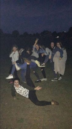 Tbh I couldn't even see the green ladies sweater 😂 Cute Friend Pictures, Friend Photos, Night Aesthetic, Summer Aesthetic, Aesthetic Girl, Bff Goals, Friend Goals, Best Friend Fotos, Night Vibes