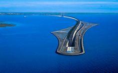 Conheça a ↭ 'Ponte de Øresund' ↭. Ela liga Dinamarca à Suécia. Com 7845 metros de comprimento, é a maior ponte rodoferroviária da Europa. A construção começou em 1995 e terminou em 1999. Sua altura do pilar mais elevado é de 204 metros, o equivalente a um prédio de 68 andares. O peso total é  de 82 mil toneladas. Os dois traçados ferroviários estão abaixo da pista dos carros, as quais possuem 4 faixas de rodagem. Ela também possui uma das mais longas linhas de cabos e fios do mundo.