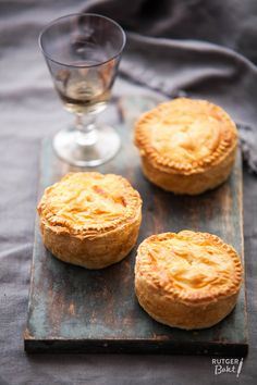 Recept: Pasteitjes met kip en prei / Recipe: Pies with chicken and leek Tapas, Love Food, A Food, Food And Drink, Dutch Recipes, Cooking Recipes, Snacks Für Party, Brunch, High Tea