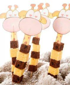 Giraffe cake on a skewer Birthday Treats, Party Treats, Boy Birthday, Birthday Parties, Giraffe Party, Giraffe Cakes, School Treats, Food Humor, Cute Food