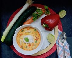 Soupe-repas de poulet au curry Eggs, Stuffed Peppers, Vegetables, Breakfast, Food, Bell Pepper, Cream Soups, Zucchini, Carrot