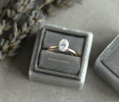 Oval kesim pırlanta tektaş yüzük. Rose altın ve oval pırlanta tek taş. Zarif ve farklı tektaş modeli. Oval engagement ring / rings