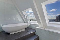 Une des salles de bains de l'appartement de standing aménagée dans les combles