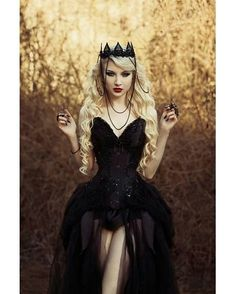If you don't have any gothic fashion sense, this article is for you. There is absolutely no reason for you to look like a gothic fashion disaster. Dark Beauty, Gothic Beauty, Dark Fashion, Gothic Fashion, Steampunk Fashion, Looks Halloween, Gothic Mode, Fantasias Halloween, Dark Queen