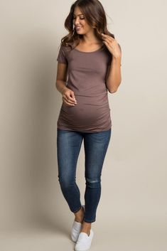 Mocha Ruched Short Sleeve Maternity Top A solid short sleeve maternity top. - Mocha Ruched Short Sleeve Maternity Top A solid short sleeve maternity top. Casual Maternity Outfits, Summer Maternity Fashion, Maternity Jeans, Maternity Tops, Maternity Dresses, Maternity Clothing, Stylish Maternity Clothes, Maternity Clothes Spring, Maternity Photos