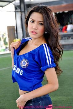 Simple Tips And Advice For Footy Enthusiasts. If you are looking to find out more about football, you're in the best place. Chelsea Fans, Chelsea Girls, Chelsea Football, Soccer Fans, Football Fans, Football Girls, Soccer Girls, Nfl Team Apparel, Sporty Style