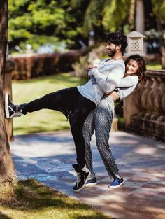Shahid Kapoor And Alia Bhatt Shaandaar Photoshoot Couples Poses For Pictures, Cute Couple Poses, Couple Photoshoot Poses, Couple Posing, Indian Wedding Photography Poses, Wedding Couple Poses Photography, Girl Photography Poses, Pre Wedding Poses, Pre Wedding Photoshoot