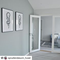 Lyst og delikat med glassdører og vakker dus veggfarge hos @sprudlendesunn_huset  #swedoor #swedoorno #doordesigner #dør #innerdør #interiør #innredning #inspirasjon #renovering #oppussing #nyedører #nordicliving #boligdrom #skandinaviskehjem #nordiskehjem #interior4all #nordichome Living Room, Mirror, Instagram Posts, Furniture, Design, Home Decor, Decoration Home, Room Decor, Mirrors