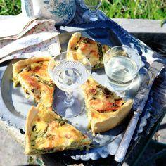 Sommargrön paj med späda grönsaker och gravad lax. En paj som passar lika bra i picknickkorgen, på sommarens sillbord eller som sommarlunch på bryggan.