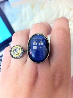 221B wallpaper and TARDIS rings? Most excellent!