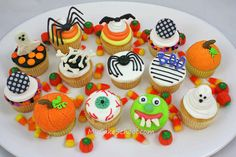 You will love this fun cupcake tutorial on spooky Halloween Cupcakes! l My Cake School Halloween Cupcakes Easy, Holiday Cupcakes, Cute Cupcakes, Halloween Cakes, Cupcake Cookies, Holiday Treats, Halloween Treats, Holiday Fun, Party Cupcakes