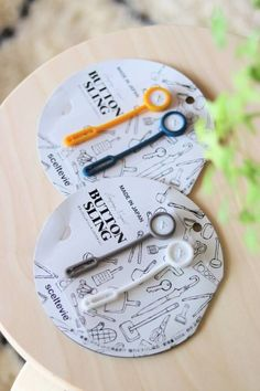 話題沸騰中の「ボタンスリング」で玄関・キッチン・洗面室・バスルームも!!全部吊るせる便利グッズ。 : WITH LATTICE Konmari Method, Clean Up, Storage Spaces, Diy And Crafts, Life Hacks, Stationery, Good Things, Personalized Items, Interior