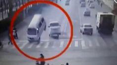 Una cámara de tráfico grabó un curioso suceso en una intersección de la ciudad china de Xingtai: varios coches se elevan repentinamente por los aires y a continuación vuelcan. Desafortunadamente no se tiene demasiada información del extraño fenómeno y la mala calidad de las imágenes no ayuda a comprender lo que de verdad ocurre.