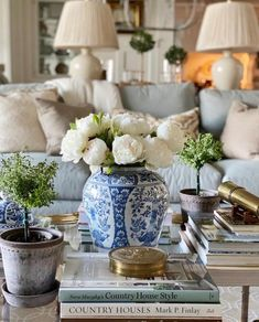 Beautiful Day, Beautiful Homes, Light Blue Sofa, Interior Desing, Sofa Colors, Decorating Coffee Tables, White Vases, White Decor, Living Room Inspiration