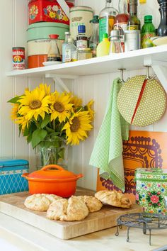 Love the loud colours! Cocina Shabby Chic, Shabby Chic Kitchen, Country Kitchen, Redo Kitchen Cabinets, Kitchen Shelf Decor, Shelving Decor, Kitchen Ideas, Scandinavian Cottage, Scandinavian Style