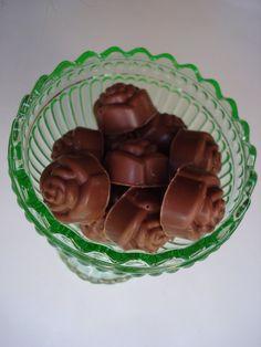 Att göra sina egna chokladpraliner är både enkelt och festligt! För att göra det behöver man en pralinform. Jag köpte min i en husgerå...