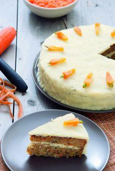 Este delicioso, esponjoso y cremoso pastel de zanahoria es un excelente pretexto para romper la dieta, disfrútalo con un vaso de leche fría