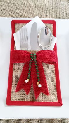 ✔ Diy Table Decorations For Christmas Burlap Crafts, Christmas Projects, Holiday Crafts, Felt Christmas Decorations, Christmas Table Settings, Christmas Sewing, Christmas Crafts, Christmas Ornaments, Silverware Holder