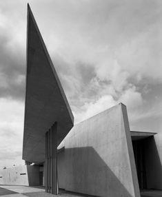 Vitra Fire Station, Weil am Rhein, Germany. Zaha Hadid Architecture, Futuristic Architecture, Amazing Architecture, Contemporary Architecture, Architecture Design, Chinese Architecture, Architecture Office, Zaha Hadid Buildings, Architectes Zaha Hadid