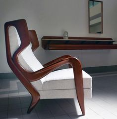 Sculpted mahogany chair designed by Gio Ponti in Phot - Inneneinrichtung - Chair Design Unique Wood Furniture, Sofa Furniture, Furniture Design, Gio Ponti, Poltrona Design, Wooden Sofa, Modern Chairs, Chair Design, Interior Design