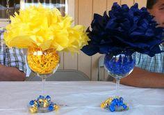 Crea hermosos centros de mesa usando sencillos pompones de papel encima de recipientes de cristal como copas, floreros, vasos, frascos, pe...