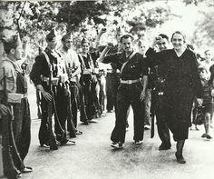 Spain - 1937. - GC - Pasionaria pasa revista al Batallón del Acero. Alto de Somosierra. El coronel García-Escámez. El Quinto Regimiento. El Batallón del Acero