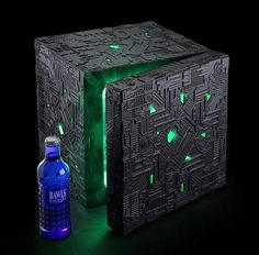 Assimilate your hot and cold food into the perfect environment with this multi-function Star Trek Borg Cube fridge. Taking up very little space, the compact fridge is styled like a green glowing Borg Cube - and works for both hot and cold foods. Star Trek Borg, Star Wars, Mini Frigidaire, Deep Space Nine, Take My Money, Mini Fridge, Refrigerator, Kitchen Gadgets, Kitchen Utensils