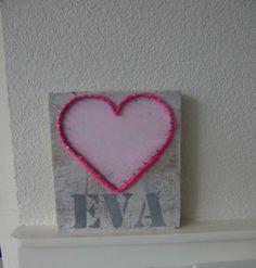Kraamcadeautje  voor Eva. Stukje steigerhout wit gemaakt. Met spijkers een hart gemaakt en omwikkeld met tricotdraad.  Letters gemaakt, uitgeprint en uitgeknipt. Daarna met grijze verf gesjabloneerd.