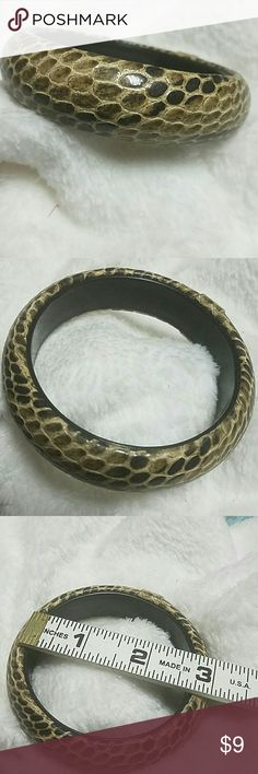 Snakeskin Bangle Bracelet Beautiful chunky snakeskin bangle bracelet. Not to worry, its faux ?? ITEM#B135 ALL JEWELRY IS NWT/ NWOT/ UNUSED VINTAGE  25% OFF BUNDLES OF 3 OR MORE ITEMS! BUY WITH CONFIDENCE~TOP 10% SELLER, SAME DAY SHIPPING, 5 STAR RATING! FREE GIFT(S) WITH MOST ORDERS! Jewelry Bracelets