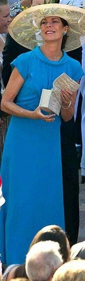 En la boda civil del príncipe Alberto, Carolina apostó por un vestido largo de Channel con escote a la caja y unos originales pliegues en la parte del pecho en color azul intenso. La princesa lo combinó con una gran pamela de rafia que estaba adornada con flores en verde y amarillo. Julio 2011