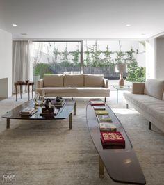 Os sofás do living vieram do endereço anterior do casal, onde também estavam os tampos de madeira que, com novas bases, viraram mesas de centro. Tapete da Phenicia Concept.