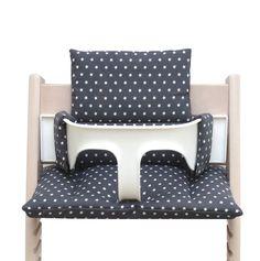Das Sitzkissen ist aus 100% Öko-Tex Standard 100 zertifizierter Baumwollstoff. Die Farbe ist dunkelgrau mit weißen Sternen.  Macht aus Eurem Tripp Trapp Hochstuhl ein hübsches und bequemes Esszimmermöbel für Euer Baby oder Kleinkind. Dank der wattierten Polsterung sitzt Euer Kleines auf den Kissen warm und weich.  Unser Sitzkissen-Set besteht aus zwei Kissen (Rücken und Po), die genau auf den Tripp Trapp abgestimmt sind und somit nicht verrutschen können. Sie sind zudem kinderleicht auf…