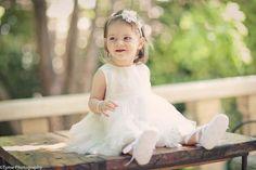 Pulseirinha de perola, vestido branquinho com saia em tule ou tecido fininho e leve, sapatilha branquinha e arquinho com flores!!!