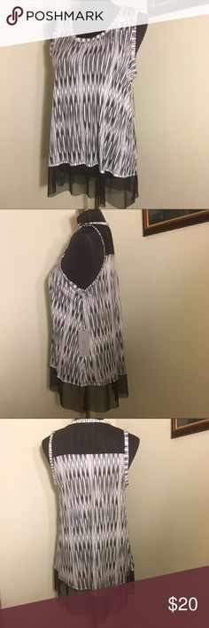 🌺 NWT Black-White Tunic 🌺 NEW Jennifer Lopez black-white rayon sleeveless tunic. Black netting trim at hem and top shoulder area on back of top. Lovely tiny gold beading trim around scoop neck. Slight high low hem. Smoke free. Bundle for additional savings. 🛍💝 Jennifer Lopez Tops
