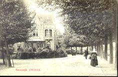 In het midden zicht op de zijgevel van Emmawijk 2, met rechts een boerin in klederdracht, ca. 1905. De gegoede burgerij liet vanaf 1891 woningen aan de Emmawijk bouwen. Pas in 1902 werd de straat beklinkerd. In 1908 werden voor de paardentram op het Katerveer rails door de straat gelegd. Emmawijk 2-3, oorspronkelijk een dubbel woonhuis in neo-renaissance stijl, werd in 1893 gebouwd door de Zwolse Bouwmaatschappij, naar een ontwerp van architect S.J.H. Trooster. kaart #Overijssel #Salland