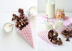 Las palomitas con chocolate negro, es la perfecta botana para una tarde de películas, puedes prepararlo con chocolate blanco o chocolate de leche.