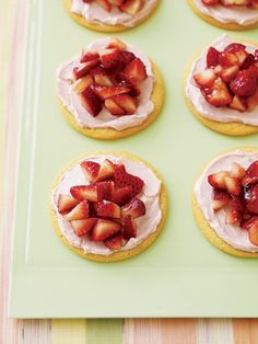 sugar cookies, strawberry jelly, strawberry cream cheese, and fresh strawberries. Heat jelly until spreadable. Spread each baked cookie with cream cheese, add chopped strawberries then spread warm jelly on top. Just Desserts, Delicious Desserts, Dessert Recipes, Yummy Food, Dessert Healthy, Summer Desserts, Healthy Baking, Healthy Food, Strawberry Pizza