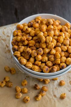 """onlyvegetarianrecipes: """"Spicy Roasted Chickpeas Vegan and Vegetarian Recipes! Chickpea Snacks, Healthy Vegan Snacks, Yummy Snacks, Vegan Food, Vegan Appetizers, Vegetarian Food, Raw Vegan, Healthy Eats, Paleo"""