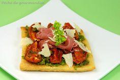 Tarte au parmesan, tomates confites et jambon de Parme sur pesto à la pistache