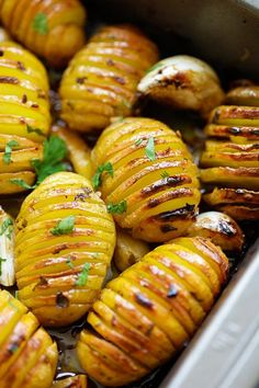 Easy Roasted potatoes with butter, garlic, lemon juice, herbs and honey recipe. Best Fried Potatoes, Easy Roasted Potatoes, Hasselback Potatoes, Lemon Potatoes, Baby Potatoes, Easy Delicious Recipes, Healthy Dinner Recipes, Cooking Recipes, Yummy Food