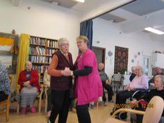 tanssia, laulua, muistelua Toimintakeskusen puolella Muistihoitaja Anjan johdolla