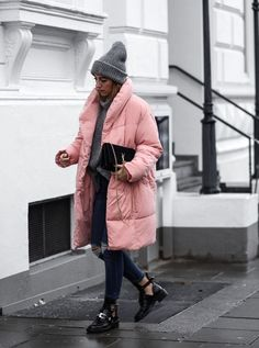 ENG: My preference for rose colored pieces of clothing has reached a new dimension with this dreamful quilted coat. Korean Winter Outfits, Winter Mode Outfits, Casual Winter Outfits, Winter Fashion Outfits, Autumn Winter Fashion, Stylish Outfits, Winter Looks, Balenciaga, Winter Stil