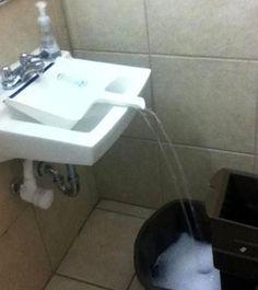 Si necesitas llenar un cubo(para trapear por ejemplo)de agua y no cabe enel lavabo, esta es la solución. Utiliza un recogedor y colócalo debajo del grifo.